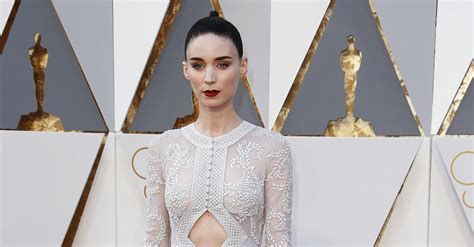 Play Our Oscars Fashion Faceoff by Slide Show Oscars 2016 Carpet Rooney Mara In