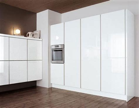 Floor and ceiling in wooden accent contrast with white
