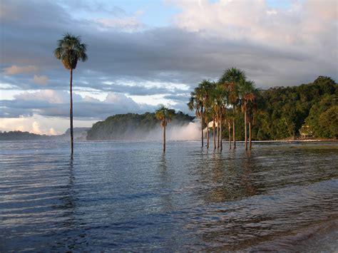 imagenes de venezuela wallpaper una playa en una laguna rojiza con siete cascadas en