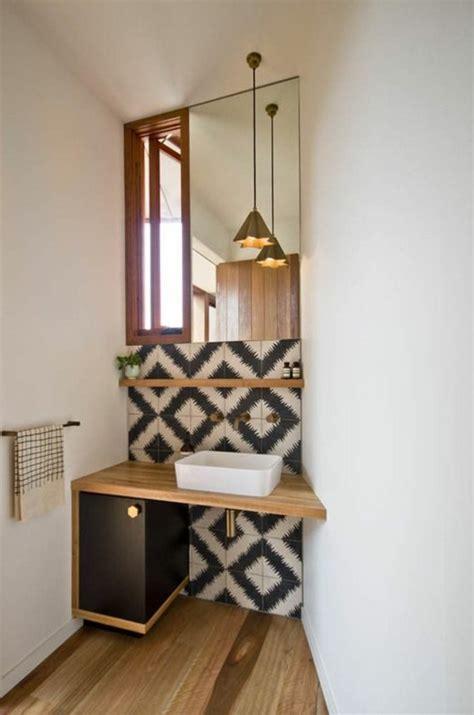 Charmant Decoration Maison Petite Surface #3: idee-amenagement-petite-salle-de-bain-sol-en-parquet-mur-en-dalles-beige-noir-meuble-miroir-salle-de-bain.jpg