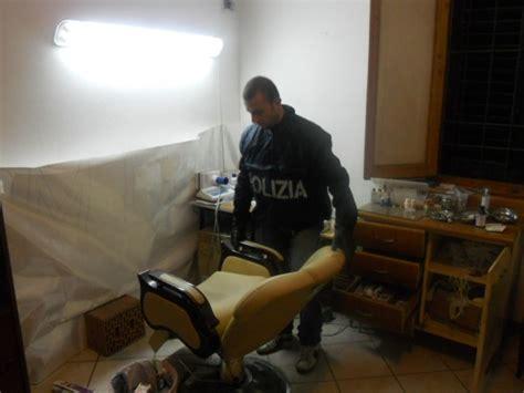 poltrona dentista usata smascherato falso dentista una vecchia sedia da barbiere
