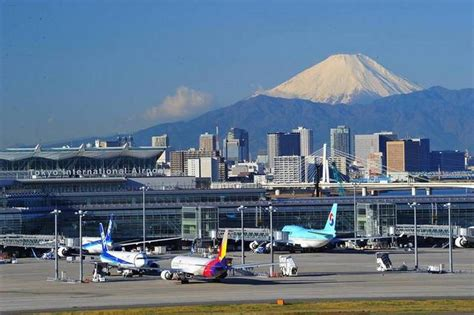 runway temporarily shut at tokyo haneda airport due to escaped 14 flights delayed