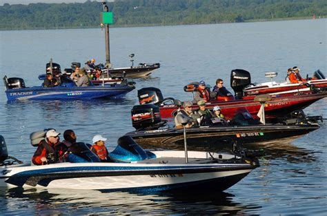 nitro bass boats wiki file several speedy boats with people in them jpg