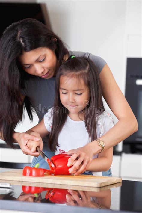 mama caliente mama ensea a su hija de 12 aos como la madre ense 241 a a la hija a cocinar foto de archivo