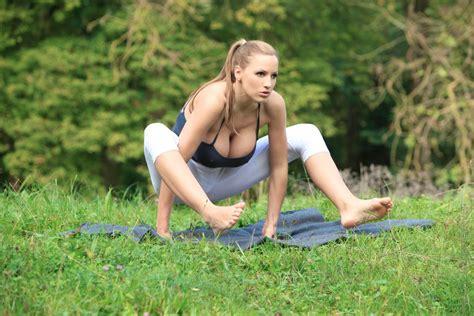 Jordan Carver, la modelo con busto 34 DDD practicando yoga   Antena 2