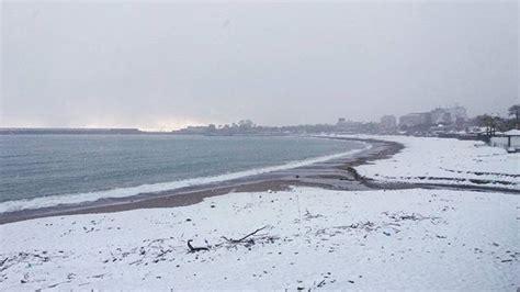 meteo mare giardini naxos sicilia magia tanta neve sul mare a taormina e