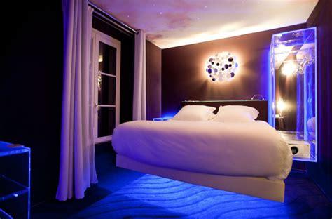 cool mens schlafzimmer au seven h 244 tel on peut dormir dans des lits en l 233 vitation