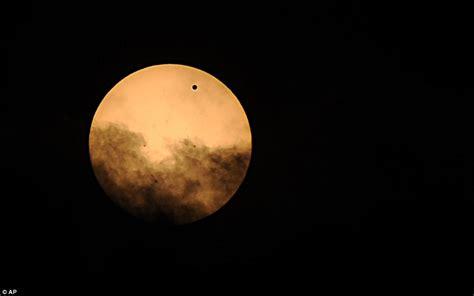 Wajah Venus transit venus mendekati matahari dilihat dari seluruh