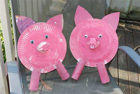 a bunch of paper plate pig