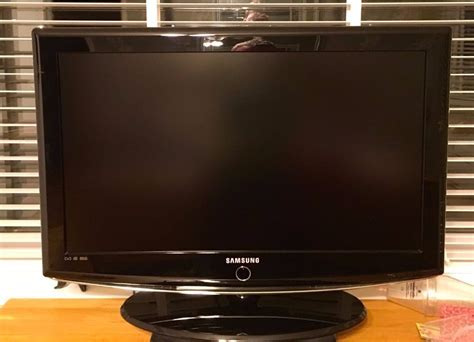 samsung 32 inch tv samsung 32 inch hd lcd tv piano black mint with remote and wall bracket in shields