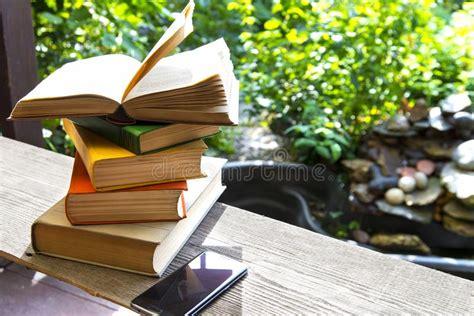libri giardino libri in giardino fotografia stock immagine di pagine