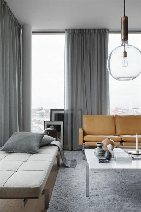 Increíble  Estores Modernos Para Salon #6: 9salon-moderno-estilizado-en-gris-alfombra-peluda-y-sof%C3%A1s-funcionales-grandes-ventanales-corrtinas-de-seda-en-gris.jpg