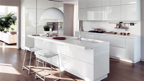 penisola con sgabelli in cucina non sedie