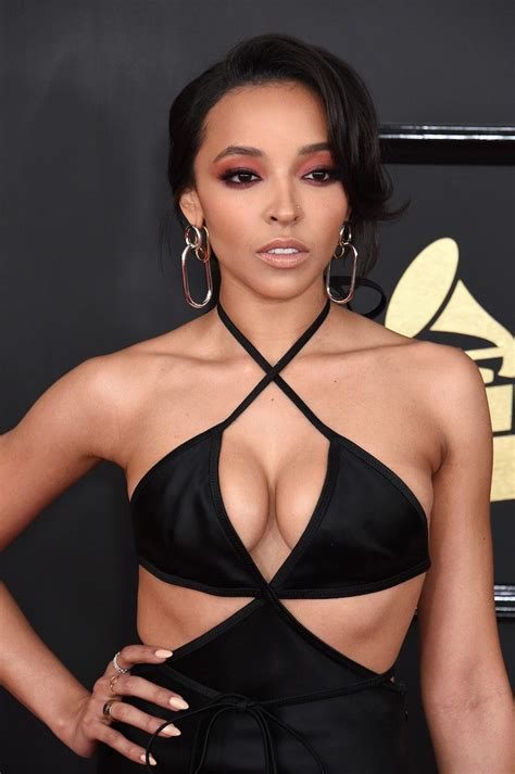 Is Cleavage by Who Rocked Cleavage At The 2017 Grammys