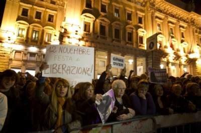 ufficio sta quirinale dimissioni berlusconi folla in strada urla e