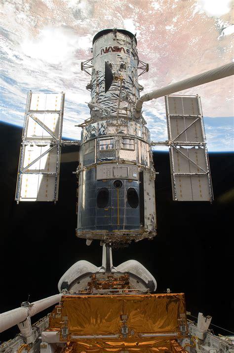sm hubble space telescope   astronauts