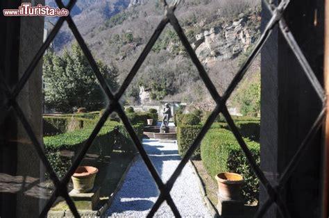 una finestra sul cortile una finestra sul cortile interno ala ovest di foto