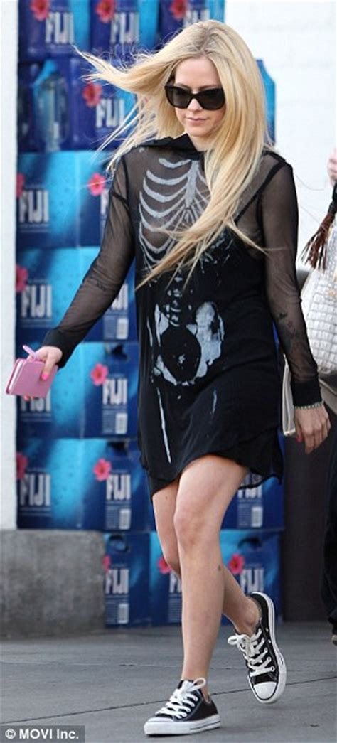 avril lavigne turns heads while pumpkin shopping with