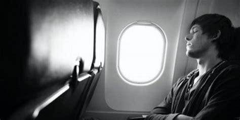 schlafen im flugzeug besser schlafen im flugzeug liligo