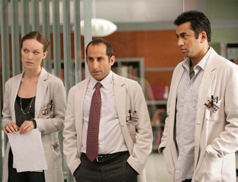 house md the softer side olivia wilde peter jacobson e kal penn in una scena dell
