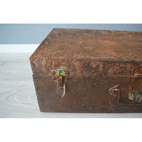 shabby koffer oude metalen koffer met roest vintage koffer interieur