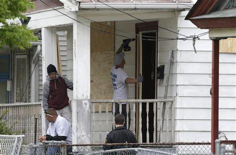 ariel castro house ariel castro s house target of arson threats police protect cleveland crime scene toronto star