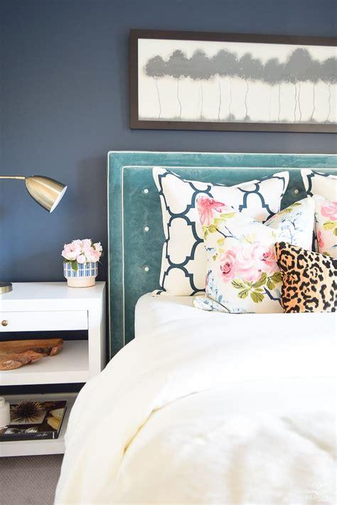 beautiful ways  decorate  velvet home decor