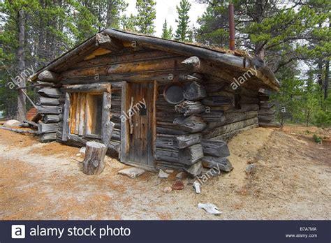 log cabin trappers cabin  bennett rapids lake bennett stock photo  alamy