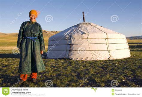 tende mongole de femme mongole de tente concept debout dehors photo