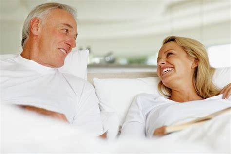 mann und frau machen im bett rum ohne decke schlaflosigkeit 6 tipps f 252 r einen entspannten schlaf im
