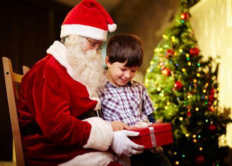 imagenes de santa claus entregando regalos banco de im 193 genes santa claus d 225 ndole un regalo a un ni 241 o