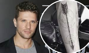 ryan phillippe tattoos phillippe reveals new arrow on his arm daily