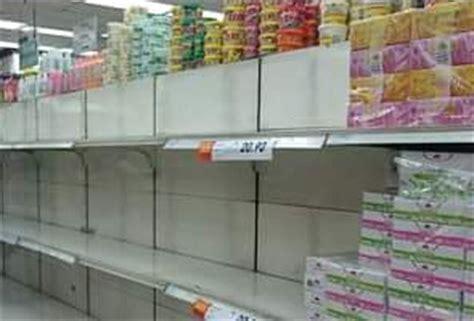 Rak Barang Kedai Runcit rakyat malaysia serbu supermarket untuk borong barang