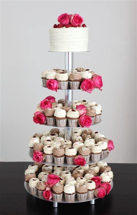 Hochzeitstorte 5 Stöckig Preis by Hochzeitstorten Etagere Montieren Echten Blumen Auf