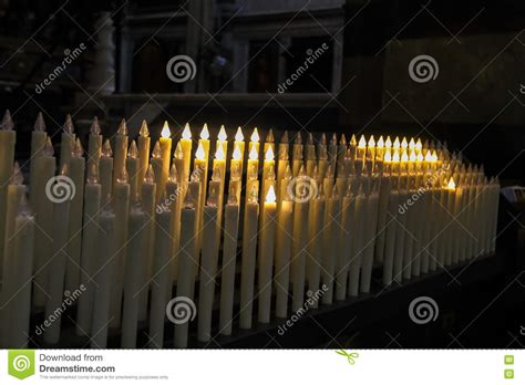 candele moderne candele elettriche moderne nella chiesa immagine stock