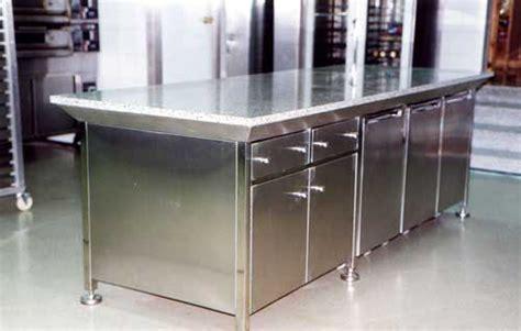 mobiliario de acero inoxidable como mesas trabajo