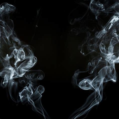 imagenes blanco y negro con movimiento fondo negro con dos siluetas de humo en movimiento
