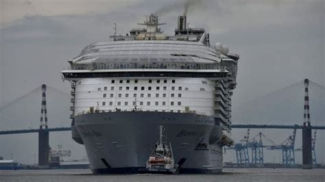 biggest boat in the world compared to titanic how big was the titanic compared to modern cruise ships