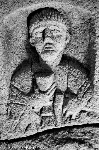 Stèle funéraire gallo-romaine en arkose (hauteur 74 cm