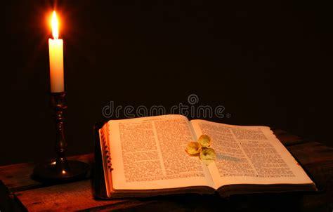libro dos velas para el vela del libro de la biblia foto de archivo imagen de iglesia cielo 4890726