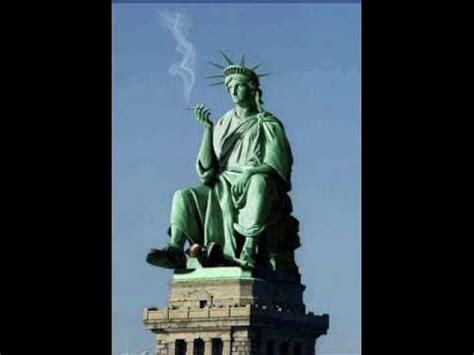scritta sul piedistallo della statua della liberta a n y