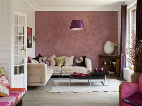 colorazione pareti interne cambia il colore a una parete donna moderna