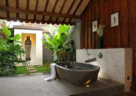 merancang kamar mandi nuansa tropis menyegarkan