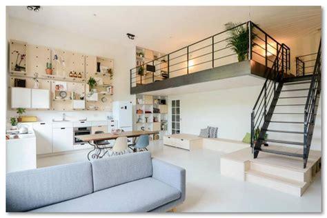 desain lantai 2 yang mirip dengan balkon di dalam ruangan desain rumah unik