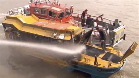 duck tour boat fire london duck boat fire causes tourists to jump into the thames