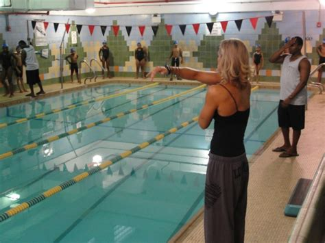 bed stuy ymca 5 time olympic swimmer dara torres makes a splash at the