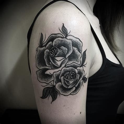 tattoo old school rose significato 40 tatuaggi con la rosa nera modelli e significati