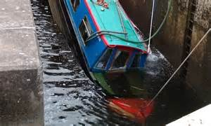 canal boat simulator canal boat starts to sink after getting wedged in lock