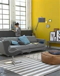 Charmant Simulateur D Amenagement Interieur Gratuit #1: 2-salon-chic-gris-jaune-tapis-a-rayures-blancs-gris-canapé-gris-meubles-gris-associer-les-couleurs.jpg
