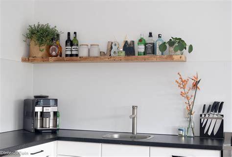 Houten Plank Keuken binnenkijken stoer robuust en blauw interiortwin